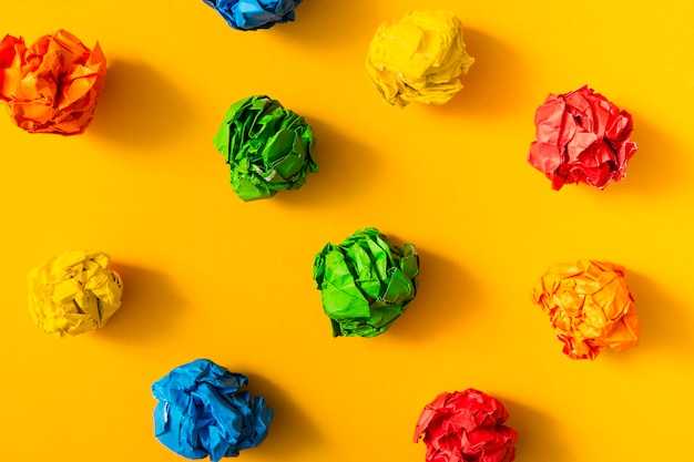Boule de papier froissé coloré sur fond jaune