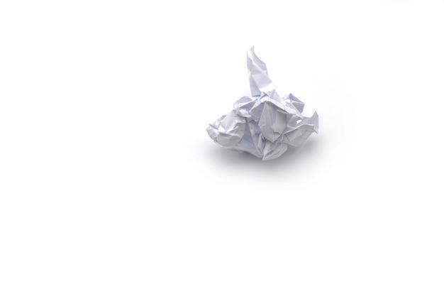 Boule de papier froissé sur fond blanc