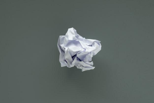 Boule de papier froissé sur fond gris