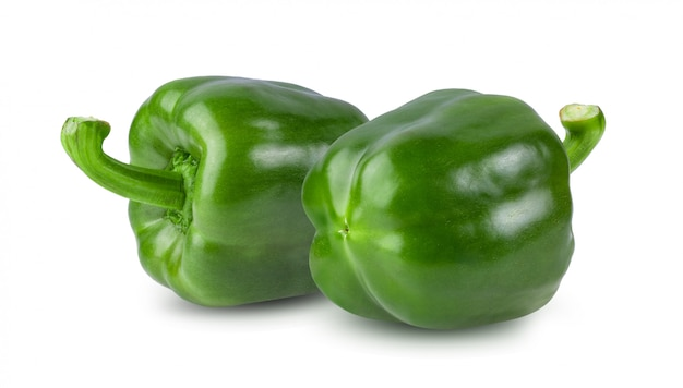 Boule de poivron vert isolé sur blanc