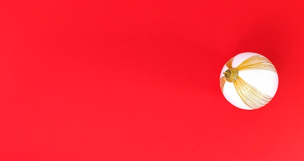 Boule De Sapin De Noël Blanc Et Or Photo Premium