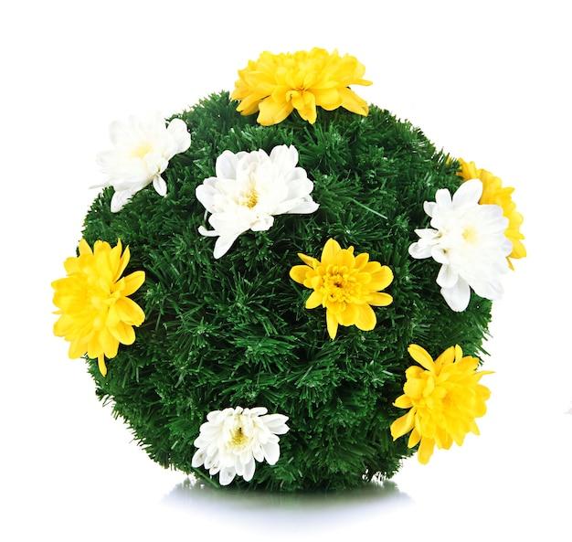 Boule de sapin de noël décorée de fleurs isolées sur blanc