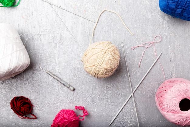 Boule à tricoter multicolore et aiguilles