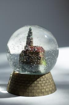 Boule de verre avec un château, souvenir, lumière dure