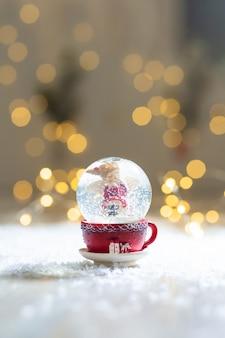 Boule de verre avec des flocons de neige