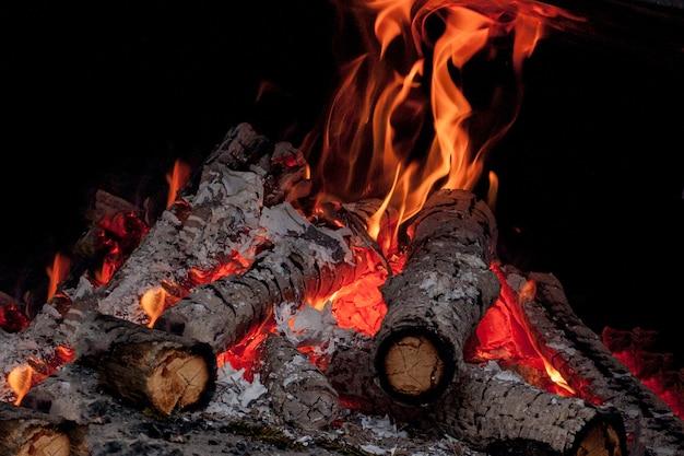 Bouleau brûlant vif chaud se connecte dans la cheminée par une froide journée d'hiver