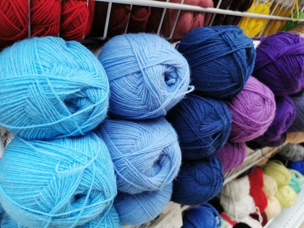 Boules artisanat hobby fil multicolore laine fibre couleur coton fil fait à la main textile crochet chaîne bec conception laine.