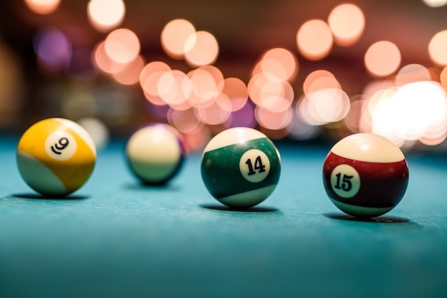 Boules de billard colorées sur table close up