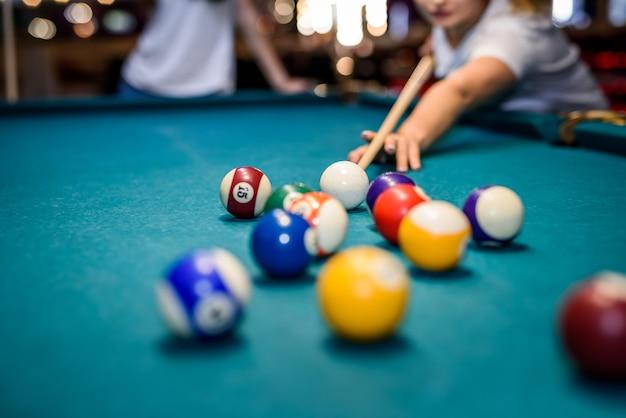 Boules de billard colorées sur table en pub macro photo. concept de jeu