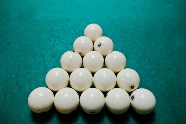 Les boules de billard russes sur la table