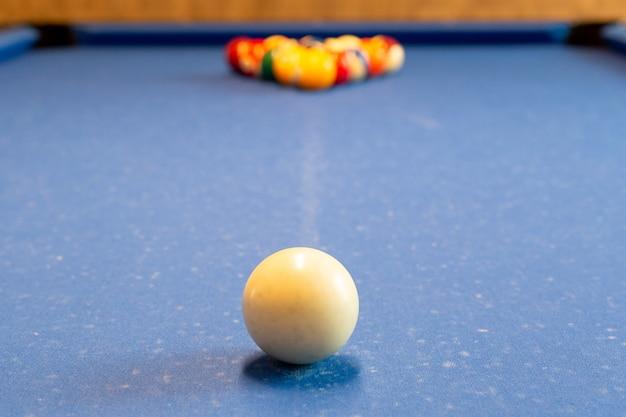 Des boules de billard sur la table de billard ont sélectionné le focus.