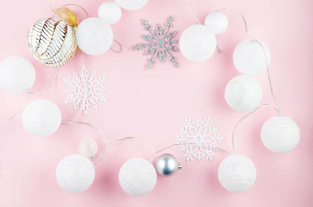Boules blanches et argentées, flocons de neige décoratifs et guirlande lumineuse