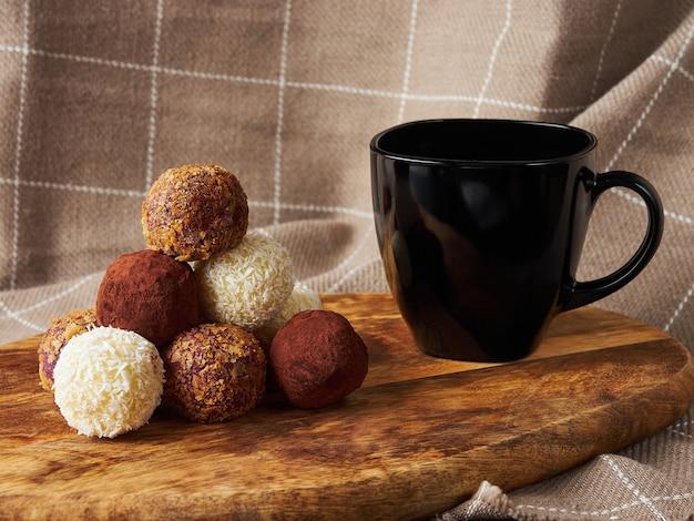Boules de bonbons pyramidales faites à la main avec tasse noire