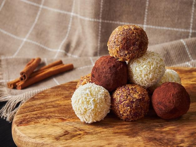Boules de bonbons pyramide de noël à la main et bâtons de cannelle