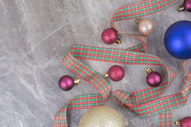 Boules de boule de noël avec bel arc.