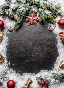 Les boules de branches d'épinette d'étoile de noël sonnent des cloches et des décorations sur la neige. espace libre pour le texte.