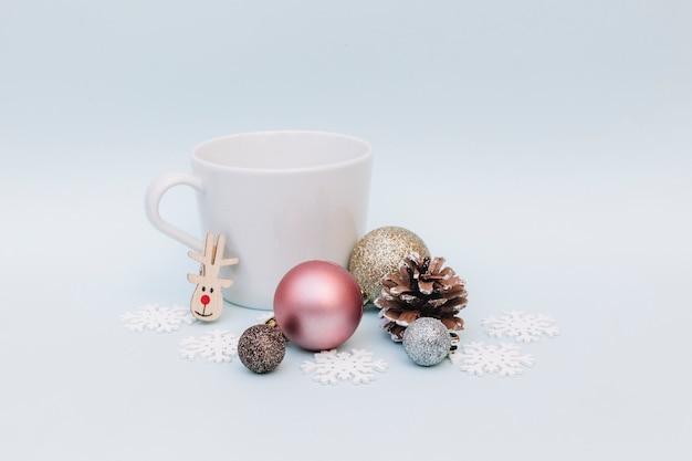 Boules brillantes avec une grande tasse