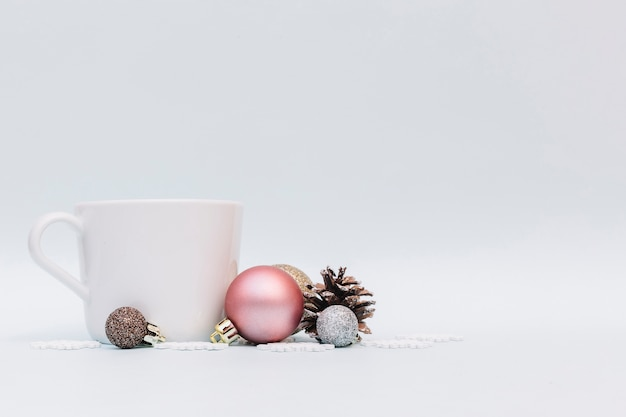 Boules brillantes avec tasse blanche