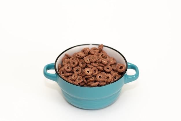Boules de chocolat boules de maïs isolés avec fond espace copie