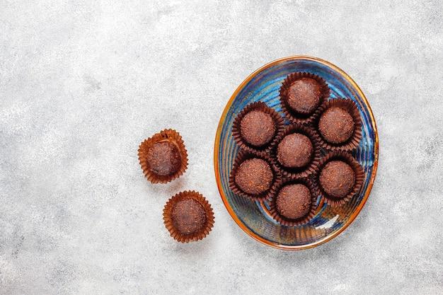 Boules de chocolat avec du cacao en poudre.