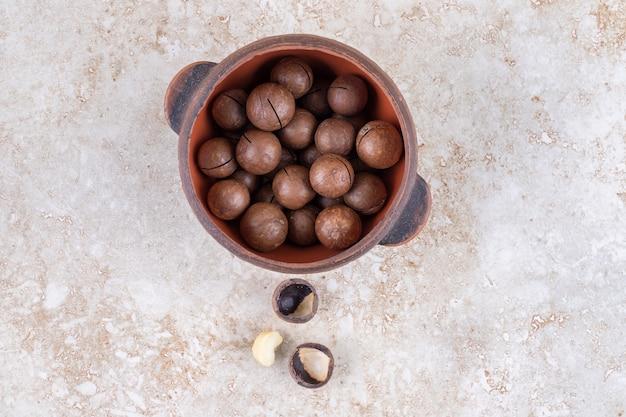 Boules de chocolat empilées dans un petit pot