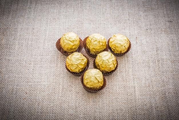 Boules de chocolat enveloppées dans une feuille d'or