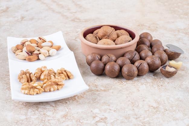 Boules de chocolat, noix, amandes et pistaches