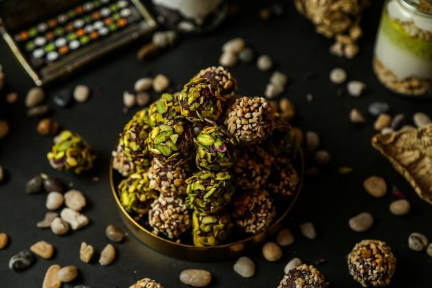 Boules de chocolat noix pistaches noisettes noix vue latérale