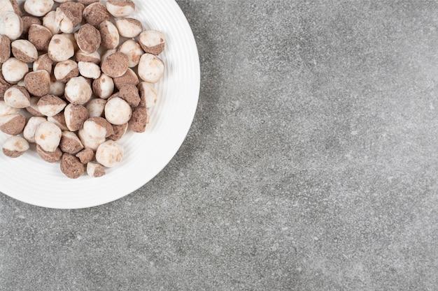 Boules de chocolat sucré dans une assiette blanche