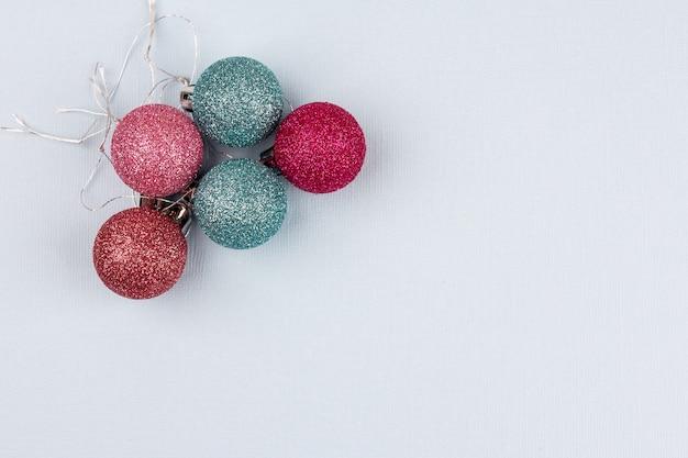 Boules colorées d'arbre de noël se trouvent sur un fond clair