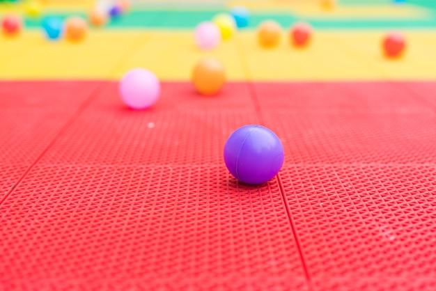 Boules colorées sur le terrain de jeu avec des arrière-plans flous