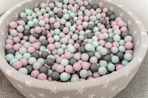 Boules colorées sur le terrain de jeu