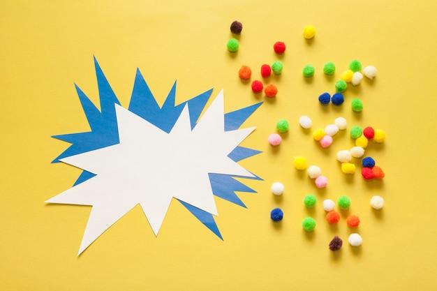 Boules de coton colorées et carte d'espace copie