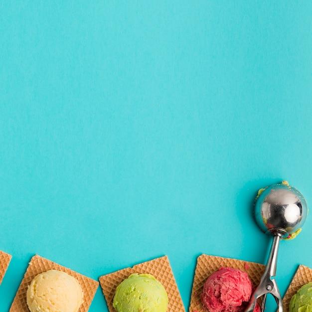 Boules de crème glacée sur des gaufres carrées