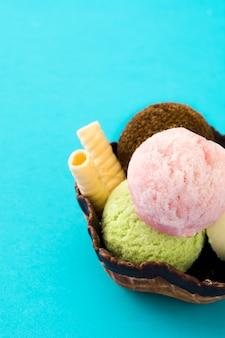 Boules de crème glacée servies dans un panier de gaufres sur bleu