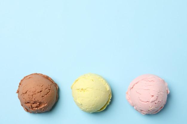 Boules de crème glacée sur la surface bleue