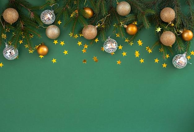 Boules de décoration avec des branches de sapin sur vert