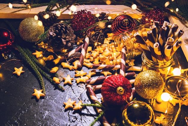 Boules de décoration de noël avec biscuits et pâtisseries