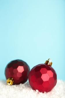 Boules de décoration de noël or sur fond bleu. photo verticale.
