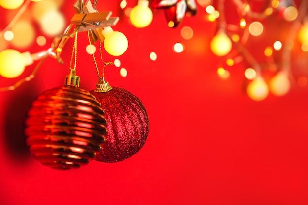 Boules de décoration de noël et ornements sur fond abstrait bokeh avec espace de copie. carte de voeux de fond de vacances pour noël et nouvel an. joyeux noël