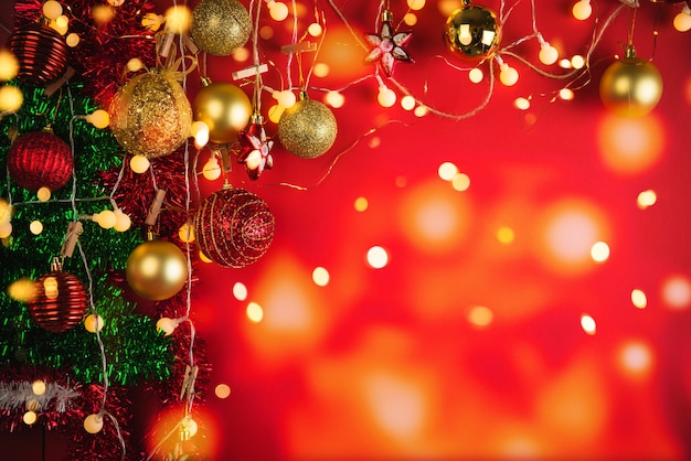 Boules de décoration de noël et ornements sur mur de bokeh abstrait avec espace de copie. carte de voeux de mur de vacances pour noël et nouvel an. joyeux noël