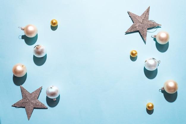 Boules de décorations de noël mates et blanches brillantes sur fond bleu