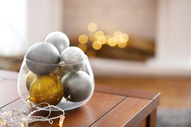 Boules décoratives et lumières sur table, gros plan