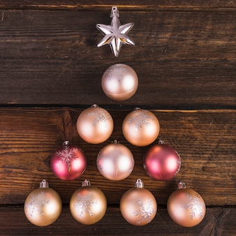Boules décoratives de noël et étoile sur planche de bois