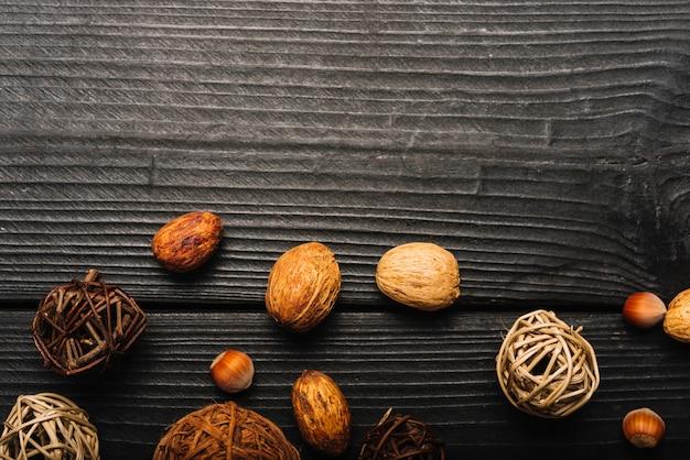 Boules décoratives près des amandes et des noix