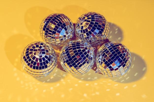 Boules disco isolés sur fond jaune