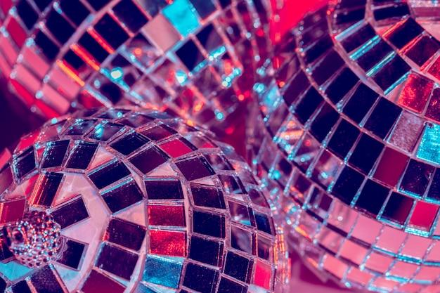 Boules disco miroir sur fond rose. fête, concept de vie nocturne