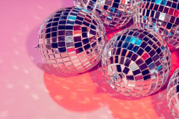 Boules disco pour la décoration d'une fête sur rose