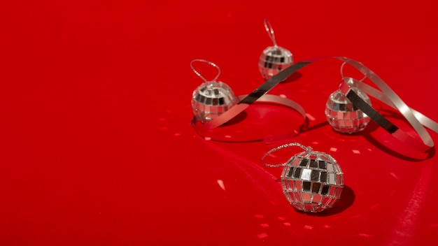 Boules disco sur table rouge