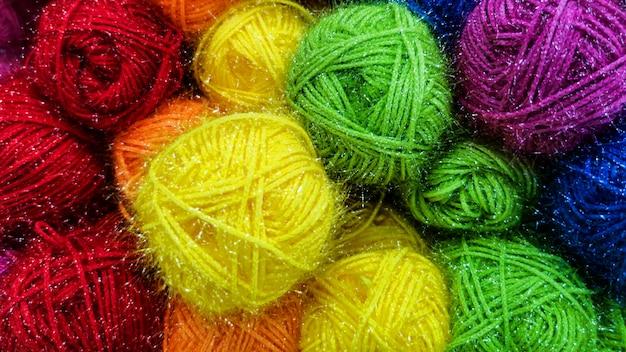 Boules empilées de fils colorés